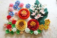 著作本「フェルトで作る花モチーフ92」で作った春のお花達~牡丹、タマスダレ、スズラン、シロツメクサ、クローバーなど~ - ビーズ・フェルト刺繍作家PieniSieniのブログ