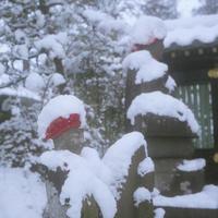 雪の棉帽子が似合う小さなお地蔵さま - Film&Gasoline
