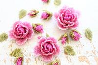 ビーズステッチで薔薇の葉を作ったので花と一緒に並べてみました - ビーズ・フェルト刺繍作家PieniSieniのブログ
