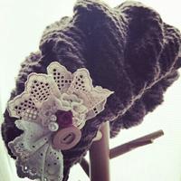手編みベレー帽とレースブローチ - Larghetto