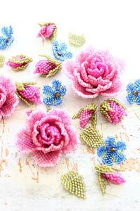 ビーズステッチで薔薇と青い小花のカラーバランス - ビーズ・フェルト刺繍作家PieniSieniのブログ