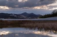 雪雲の二上山、夜明け - katsuのヘタッピ風景