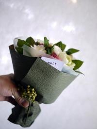 お客様へのお祝いのミニブーケ。円山のフレンチレストランにお届け。 - 札幌 花屋 meLL flowers