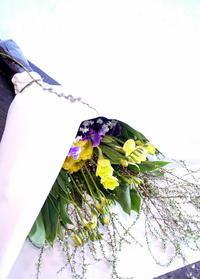 一周忌の花束。「明るい感じ」。水車町4にお届け。 - 札幌 花屋 meLL flowers