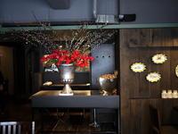 イタリアンレストラン「Capri Capri(カプリカプリ)」さんの、定期的にお取り返しているアーティフィシャルフラワー(造花)ディスプレイ。2017春。 - 札幌 花屋 meLL flowers