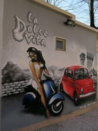 La Dolce Vita、湖畔にしゃれた壁画 - ペルージャ イタリア語・日本語教師 なおこのブログ - Fotoblog da Perugia
