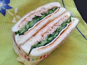 2/20 ツナと胡瓜と海苔のサンドイッチ - ひとりぼっちランチ