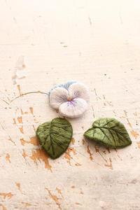 久々のフェルト刺繍でビオラを作ってみました - ビーズ・フェルト刺繍作家PieniSieniのブログ