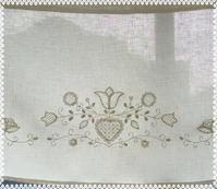 シュヴァルム刺繍のカフェカーテン - embroidery with a cat's paw