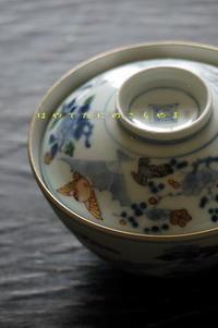 染付で扇に牡丹 色絵で福良雀の図 蓋茶碗 - 疾風谷の皿山…陶芸とオートバイと古伊万里と