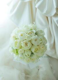 ラウンドブーケ ホテル椿山荘東京さまへ 冬のブーケ、バラとスズラン - 一会 ウエディングの花