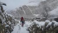 フンザの雪景色 働く女性 まるで映画のよう… - フンザ旅行会社&取材手配 おカミさんやっています