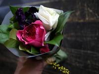 お誕生日のミニブーケ。「白~ピンク系」。 - 札幌 花屋 meLL flowers