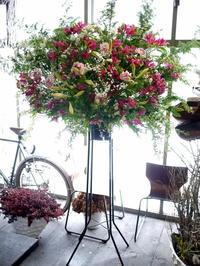 大学のグリークラブの定期公演にスタンド花。ちえりあホールにお届け。 - 札幌 花屋 meLL flowers