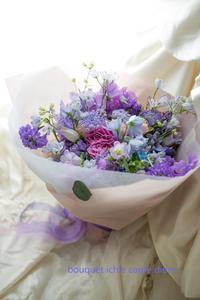 花を贈る男性 - 一会 ウエディングの花