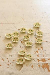 ビーズステッチで小さな可愛い花を作りました - ビーズ・フェルト刺繍作家PieniSieniのブログ