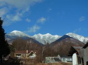 朝から雪が舞う - 山と建築