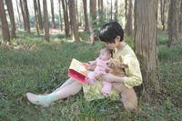 森で絵本を読む - 家族の風景