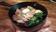 イベリコ豚のステーキにフレッシュフルーツ(イチゴ) - BAR huu farm