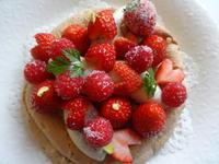 苺の季節のイチオシメニュー|苺とパンナコッタの型無しタルト - 自由が丘でフレンチおうちごはん!サロン・ド・キュイジーヌ エッセイエ・ヴ