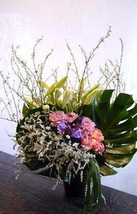 水車町に斎場でのご葬儀にアレンジメント。 - 札幌 花屋 meLL flowers