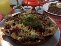 肉とでかでかナチョス。 - 悠悠生活 in Mexico