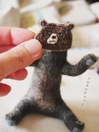 フェルトに刺繍ブローチ*顔面熊・すまし顔&びっくり顔 - マルチナチャッコ
