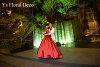 赤いドレスに合わせる赤ピンクのラウンドブーケ - Ys Floral Deco Blog