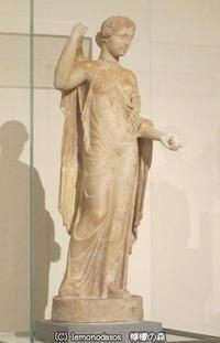 左手に林檎を持つアフロディーテー小像 アテネ国立考古学博物館 - 日刊ギリシャ檸檬の森 古代都市を行くタイムトラベラー