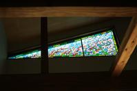 自宅居間の花の大パネル - ステンドグラスルーチェの日常
