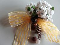 白い小花と黄色いリボンのコサージュ - うららフェルトライフ