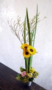 斎場での法事に。「ヒマワリを使って」。 - 札幌 花屋 meLL flowers