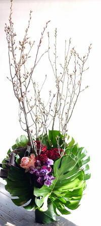 南8西11のマグロ料理専門店の13周年に。「赤系で」。 - 札幌 花屋 meLL flowers