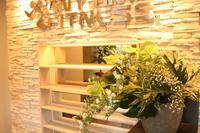 エニタイムフィットネス赤羽北店様 定期活け込みの花 ホワイトデー - 北赤羽花屋ソレイユの日々の花
