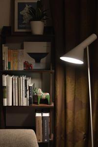 ソファーの先の小さな本棚 - kukka kukka