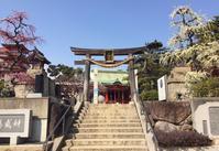 梅の名所、牛・茄子・サーフボードなどの祈願像が建つ。<綱敷天満宮> - ライブ インテリジェンス アカデミー(LIA)