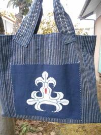 アイヌ民族もんよう集より「かえで紋様」・・手がかかっている割には単純なトートバッグ - 藍ちくちく日記