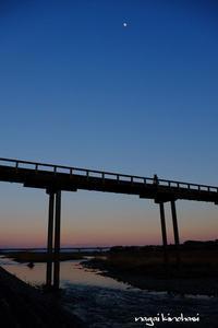 夕暮れ橋 - 長い木の橋