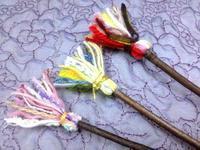 ☆毛糸の端っこで楽しむ飾りホウキ☆ - ガジャのねーさんの  空をみあげて☆ Hazle cucu ☆