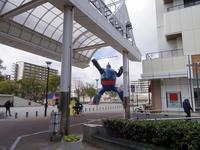 神戸の新長田駅近くにある鉄人28号を見上げる。人間のたくましさを感じる - 京都在住のフリーライター、森本守人の日常