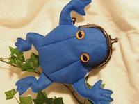 フェルトカエル青色 撮影で違う色目 - 布と木と革FHMO-DESIGNS(えふえっちえむおーでざいんず)Favorite Hand Made Original Designs