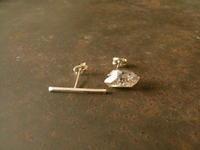 クオーツ シングルストーン ピアス - 石と銀の装身具