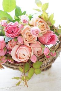 和ばらのブーケは女心をくすぐります - お花に囲まれて