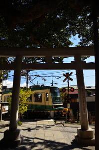 鳥居と江ノ電 - 風の香に誘われて 風景のふぉと缶