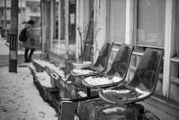 なごり雪が腰を下ろす店先の三連ベンチ - Film&Gasoline
