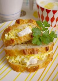 玉子とカマンベールでサンドウィッチ(パンはメゾンカイザー) - ミゼットカフェ
