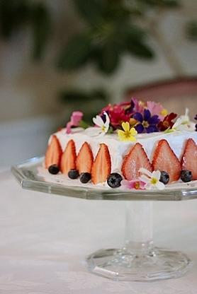 エディブルフラワーでお誕生ケーキ - 食卓から愛をこめて