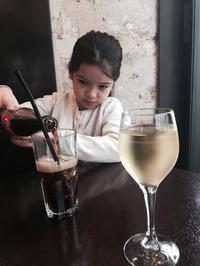 ワイン飲んで待ってます。 - ムスメは小さなパリジェンヌ