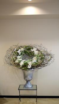 定期的にお取り替えしている、美容室「Luce(ルーチェ)」のアーティフィシャルフラワー(造花)ディスプレイ。 - 札幌 花屋 meLL flowers