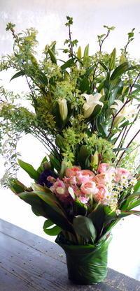 ご葬儀にアレンジメント。水車町3の斎場にお届け。 - 札幌 花屋 meLL flowers